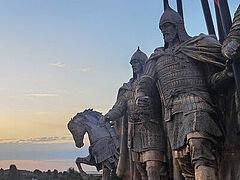 На берегу Чудского озера собирают части скульптурной композиции «Александр Невский с дружиной»