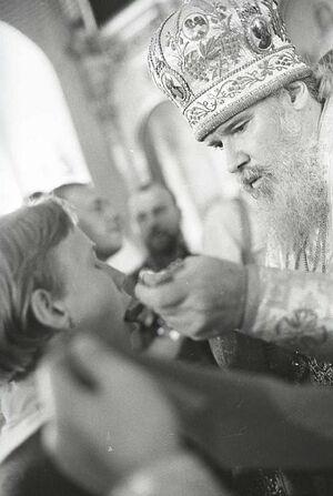 Святейший Патриарх Алексий II причащает