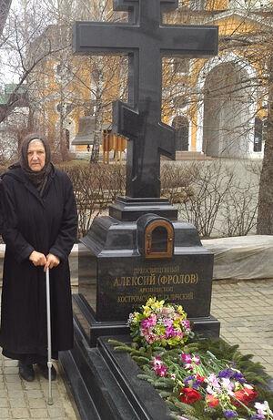 Монахиня Андроника (Пискурева) у могилы владыки Алексия (Фролова)