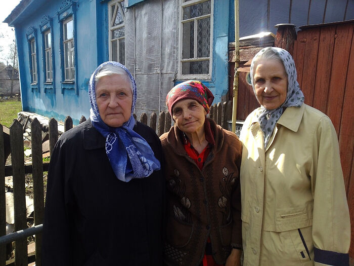 Сестры-монахини по краям: монахиня Андроника – слева, монахиня Виталия – справа