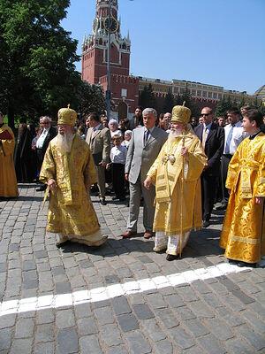 Святейший Алексий II и архиепископ Алексий (Фролов). Крестный ход на Красной площади в день памяти равноапостольных Кирилла и Мефодия