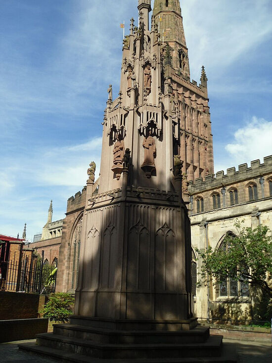 The Holy Trinity Church and the replica of the city cross in Coventry. Photo by Irina Lapa