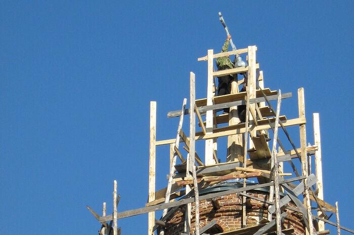 Установка креста на главку Троицкого храма