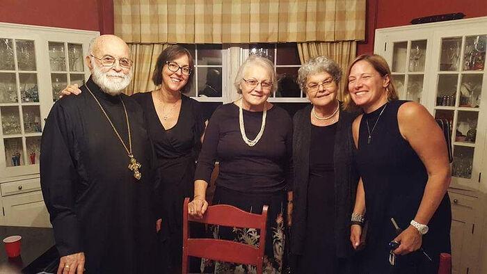 Ο πρωθιερέας Γεώργιος Λάριν μαζί με την οικογένειά του και ενορίτες