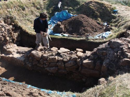 Часовня св. Эббы в Эббс-Нуке близ Биднелла во время раскопок, Нортамберленд, 2012