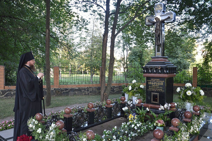 At the grave of Metropolitan Sophrony (Dmitruk), buried behind the altar of the cathedral