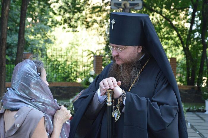 Metropolitan Theodosy talks with a parishioner