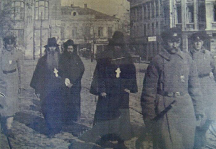 Арестованных священников ведут в ЧК, 1920 год