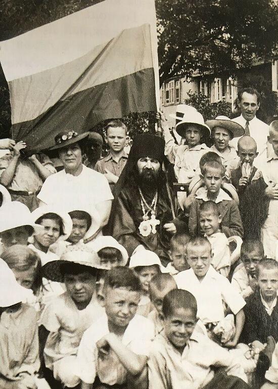 Vladyka John with children in Shanghai