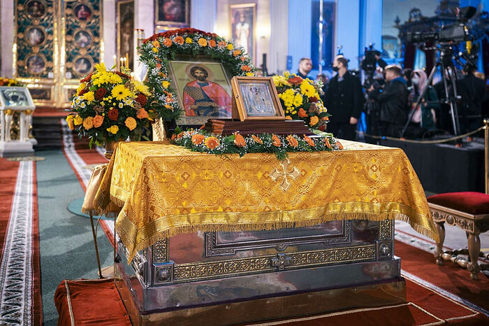 The relics of St. Alexande were placed in the middle of the cathedral for the service. Photo: patriarchia.ru