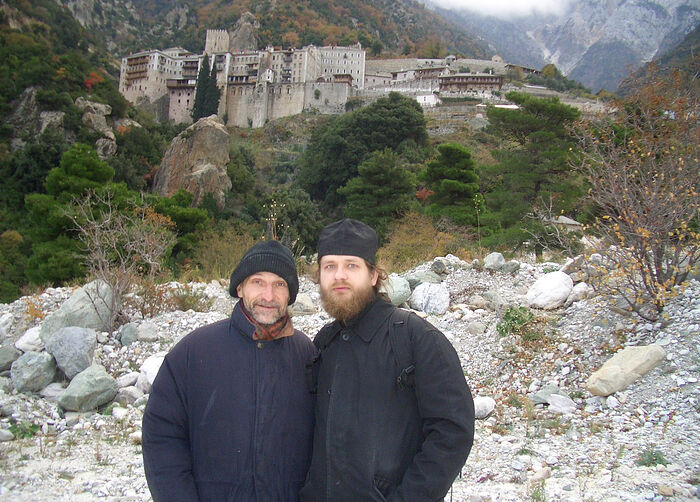 Ο Ιερομόναχος Κοσμάς (Αφανάσιεβ) και ο Πιότρ Μαμόνοβ στο Άγιον Όρος. Πίσω τους βρίσκεται το μοναστήρι του Αγίου Παύλου.