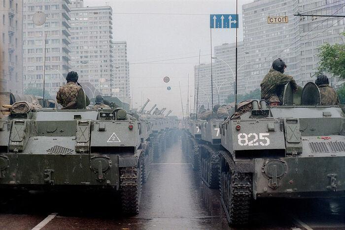 БМП на Калининском проспекте в Москве (улица Новый Арбат), 20 августа 1991 г. Фото: Дмитрий Борко