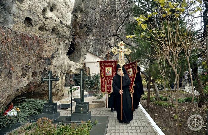 Свято-Климентовский монастырь, могилы архим.Августина (Половецкого) и иеромонаха Агапита (Маланича)