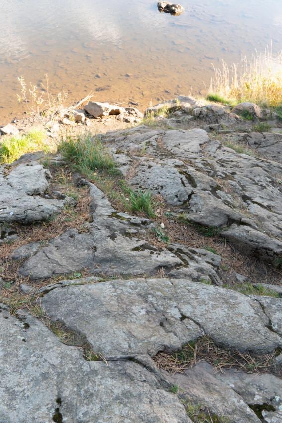Ο βράχος στην όχθη του ποταμού