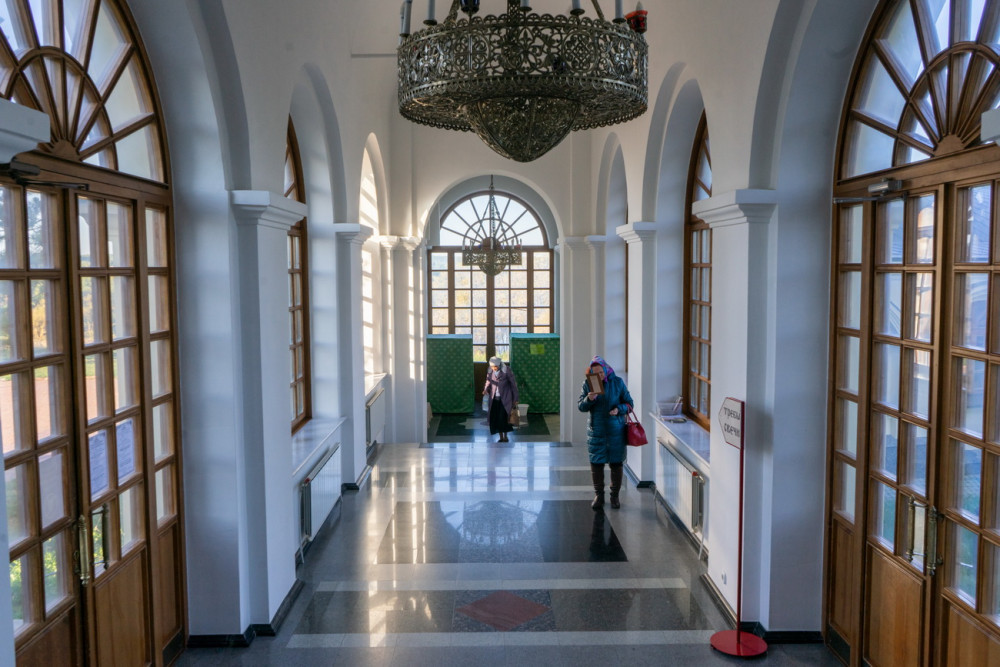 Κλειστός διάδρομος που ενώνει τον Ιερό Ναό του Αρχιστρατήγου Μιχαήλ με τον Ιερό Ναό του Αγίου Συμεών