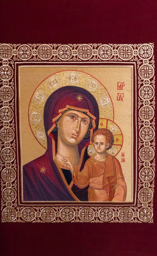 Οι εικόνες του Σωτήρος και της Θεομήτορος στην πίσω πλευρά του τέμπλου είναι κεντημένα από τις αδελφές της Μονής
