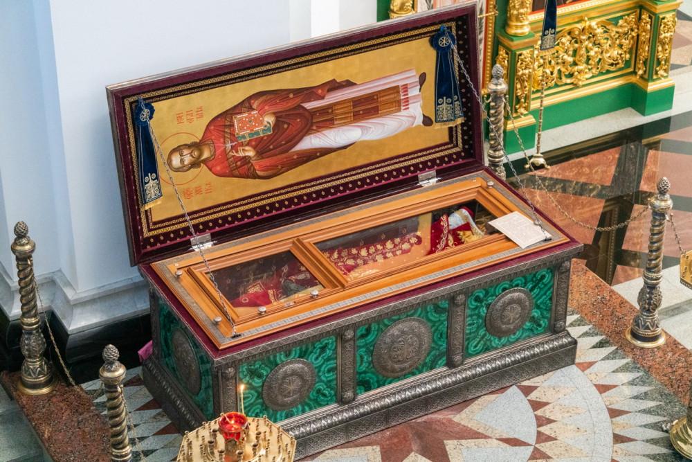 Η λειψανοθήκη με τα λείψανα του Αγίου Κωνσταντίνου Μπογκοϊαβλένσκιϊ