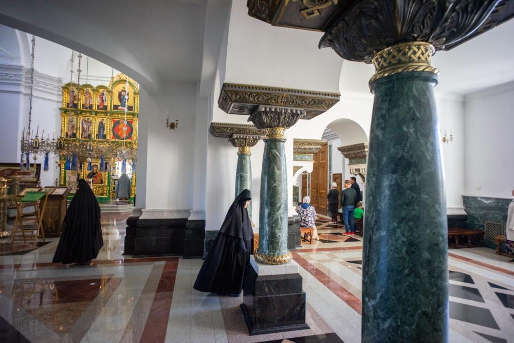 Ένα χαρακτηριστικό στοιχείο της βυζαντινής αρχιτεκτονικής είναι οι κολώνες. Εδώ είναι φτιαγμένες από οφιόλιθο (σερπεντινίτη) των Ουραλίων