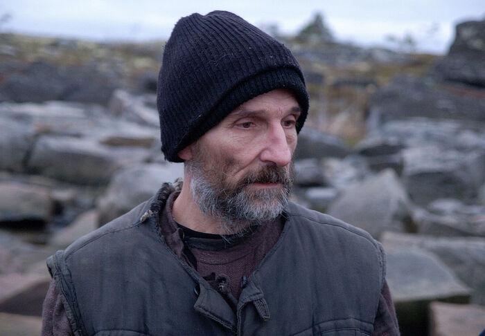 Ο Πιότρ Μαμόνοβ στον ρόλο του πατρός Ανατολίου. Στιγμιότυπο από την τανία «Το Νησί»