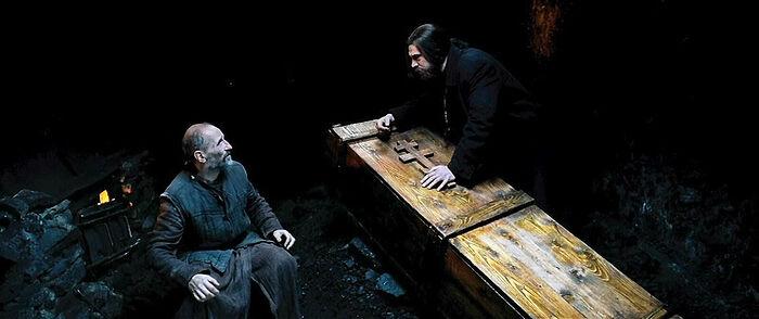 Ο πατήρ Ιώβ φέρνει το φέρετρο στον πατέρα Ανατόλιο. Στιγμιότυπο από την τανία «Το Νησί»
