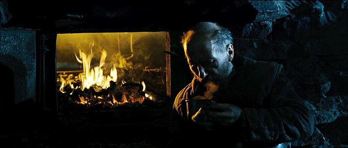 Ο Πιότρ Μαμόνοβ στον ρόλο του πατρός Ανατολίου. Στιγμιότυπο από την ταινία «Το Νησί»