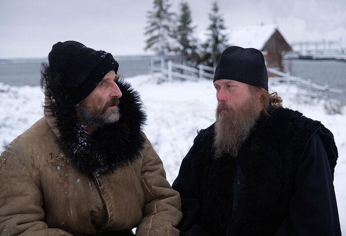 Ο πατήρ Ανατόλιος και ο ηγούμενος. Στιγμιότυπο από την ταινία «Το Νησί»