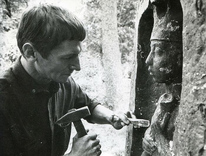 В.М. Клыков за работой над надгробием В. Хлебникову