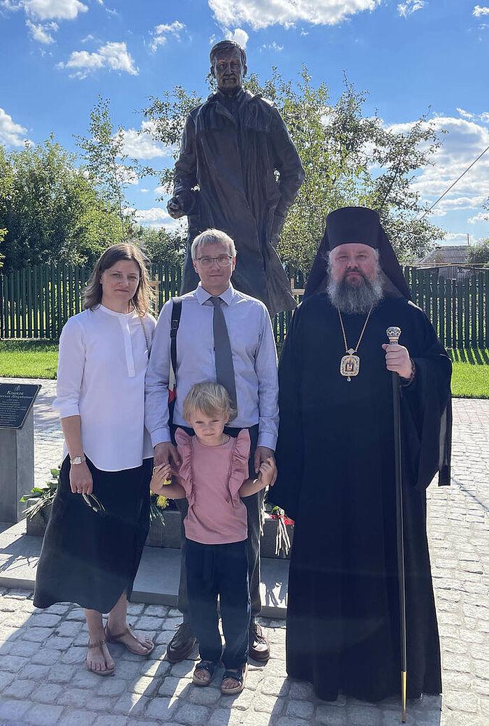 М. Клыков с семьей и владыкой Паисием на открытии памятника