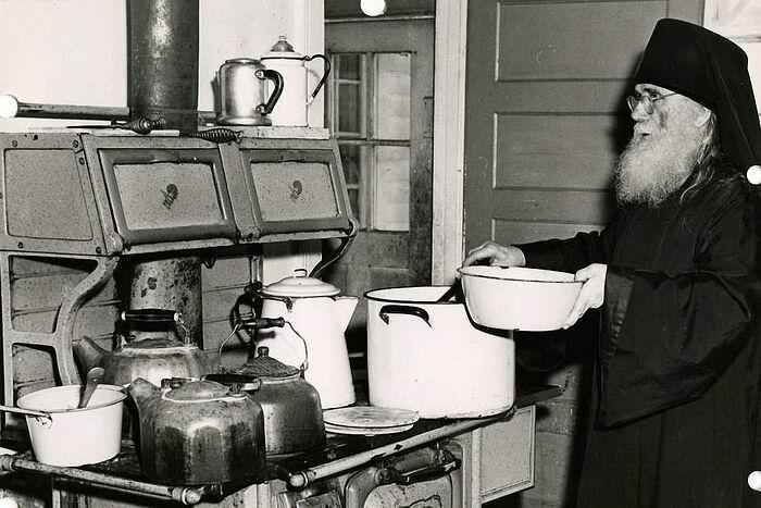 Один из первых насельников Свято-Троицкого монастыря отец Филарет (Писарик;1880–1965) готовит рождественский ужин. Джорданвилль, 1948 г.