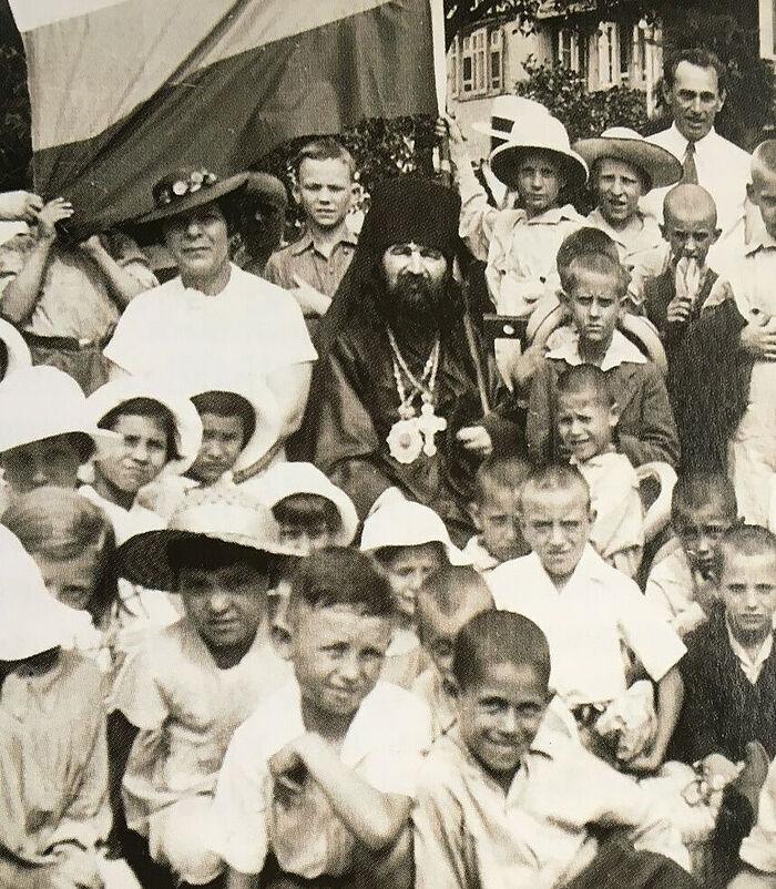 Ο Σεβασμιώτατος Ιωάννης με παιδιά του Ορφανοτροφείου στη Σαγκάη