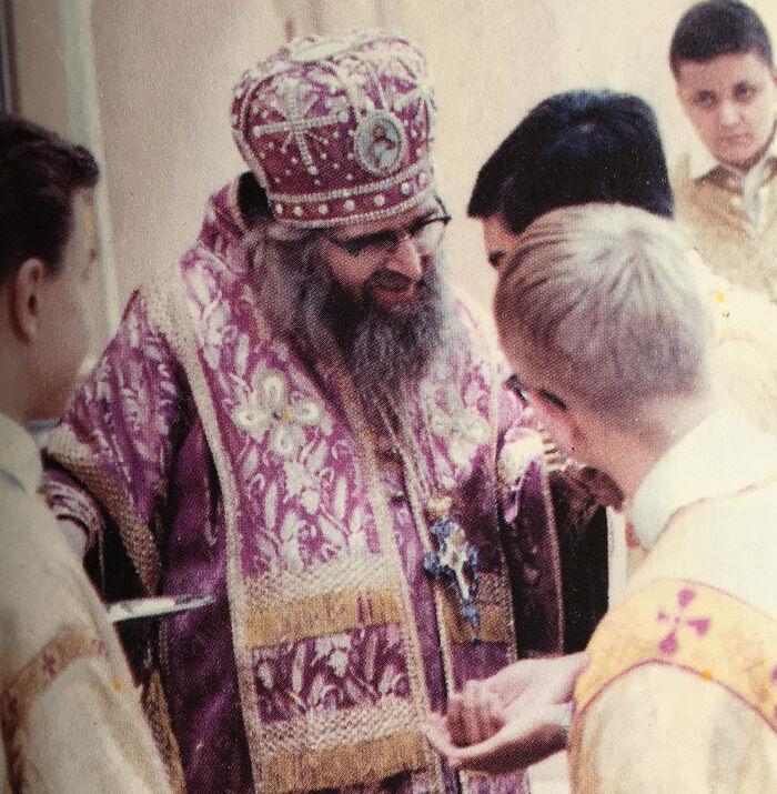 Ο Άγιος Ιωάννης της Σαγκάης με νεολαία