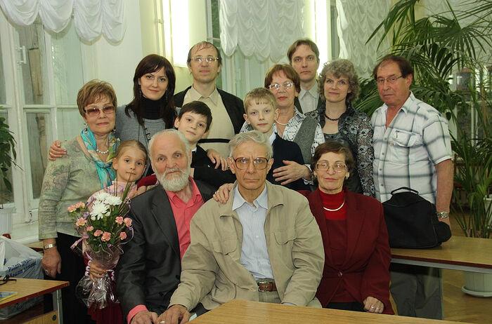 В.Н. Крупин С братом, сестрой, женой, внуками, племянниками, с поэтом Анатолием Гребневым (справа) в Вятке