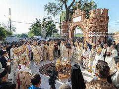 16 Romanian, Bulgarian, Greek hierarchs consecrate Romanian monastery church