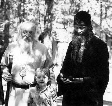 Ο Αρχιεπίσκοπος Αντώνιος (Μεντβέντεβ) με τον πατέρα Σεραφείμ. Η Σκήτη του Οσίου Γερμανού της Αλάσκας, το 1979.