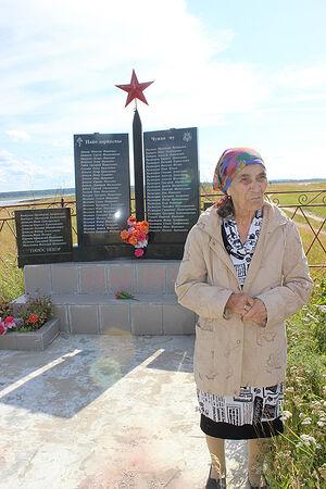 Мария Артеева у памятника героям войны Даниловки