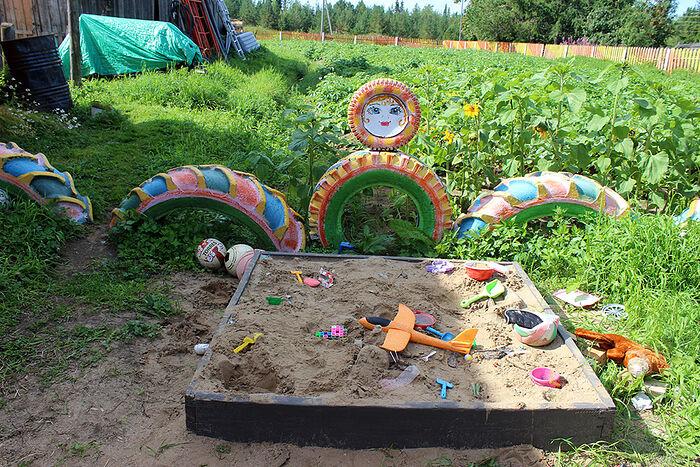 Песочница во дворе Марии Артеевой не только для внуков, но и для всей деревенской детворы