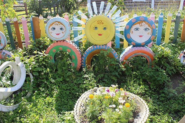 Яркие матрешки во дворе Марии Кирилловны
