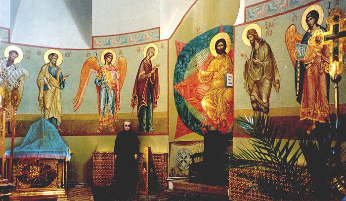 Н.П. Ермакова в алтаре расписанного ею алтаря Большого собора Донского монастыря