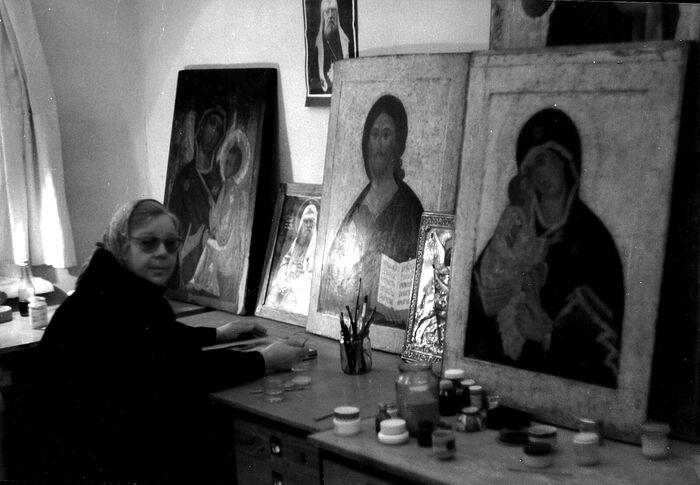 Н.П. Ермакова в мастерской с иконами из Малого собора Донского монастыря