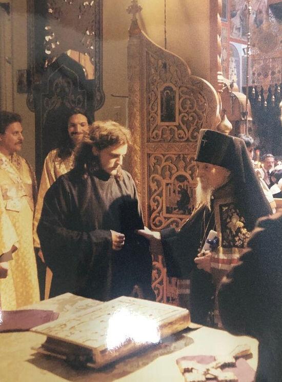Владыка Антоний благословляет отцу Серафиму надеть рясу и говорит напутственное слово. Кафедральный собор «Всех скорбящих Радость» в Сан-Франциско, 1995 г.