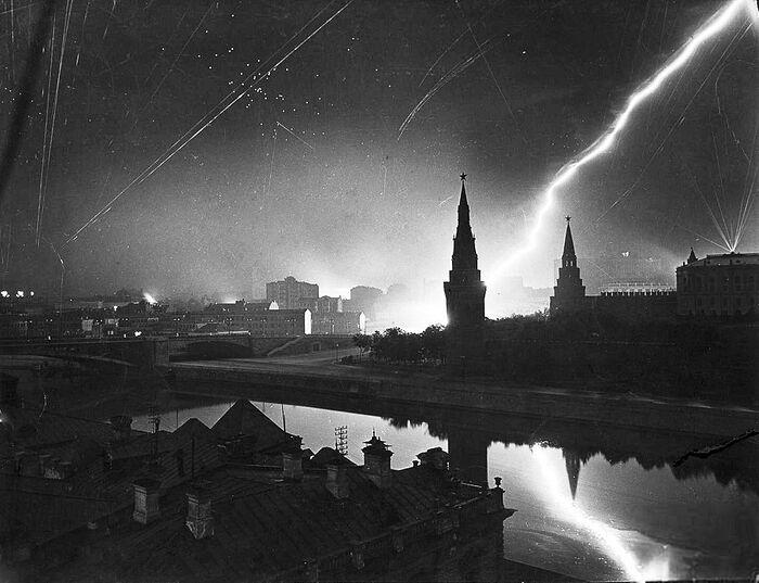 Вид на Кремль во время воздушного налёта, июль 1941-го
