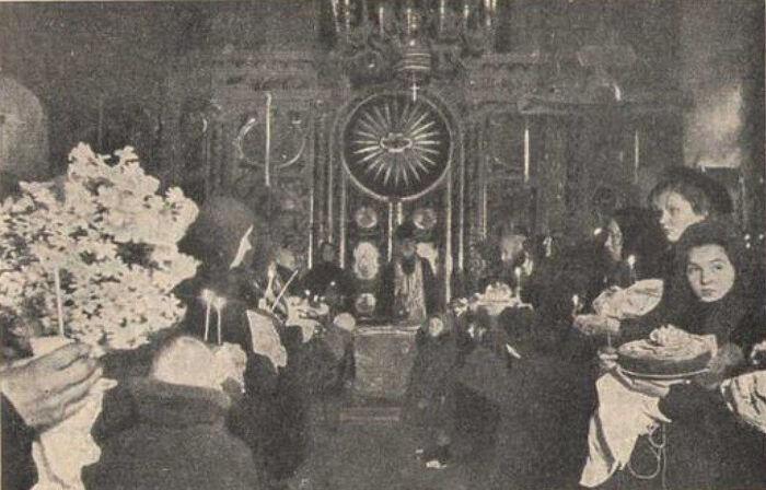 Освящение куличей в кафедральном Богоявленском соборе Г. Москвы в 1942 году