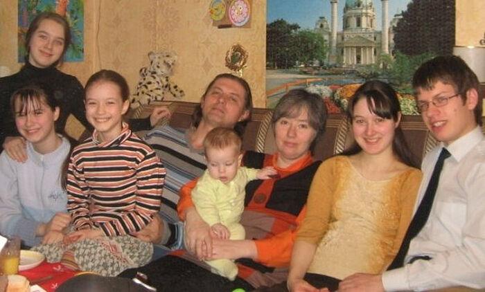 Семья Рыжиковых. В центре папа Валерий и мама Юлия