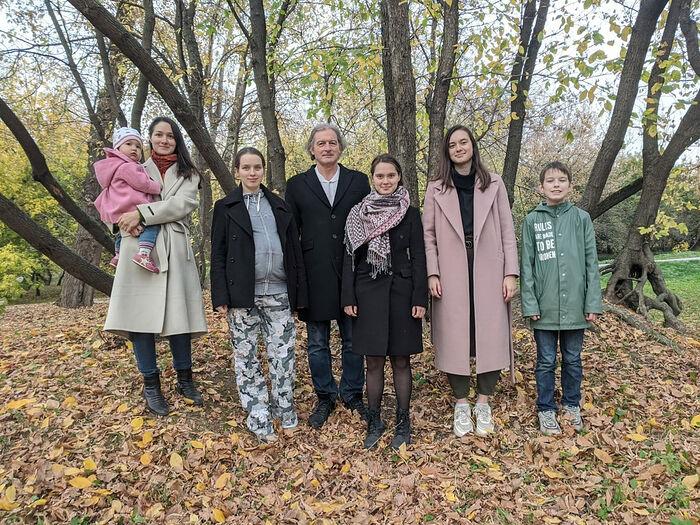 Анна с дочерью, София, папа Валерий Валентинович, Мария, Елизавета, Сергей