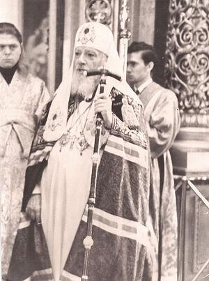 Святейший Патриарх Алексий I. Иподиакон-крестоносец за спиной Святейшего Патриарха – Леонид Ролдугин. Фото из личного архива отца Леонида