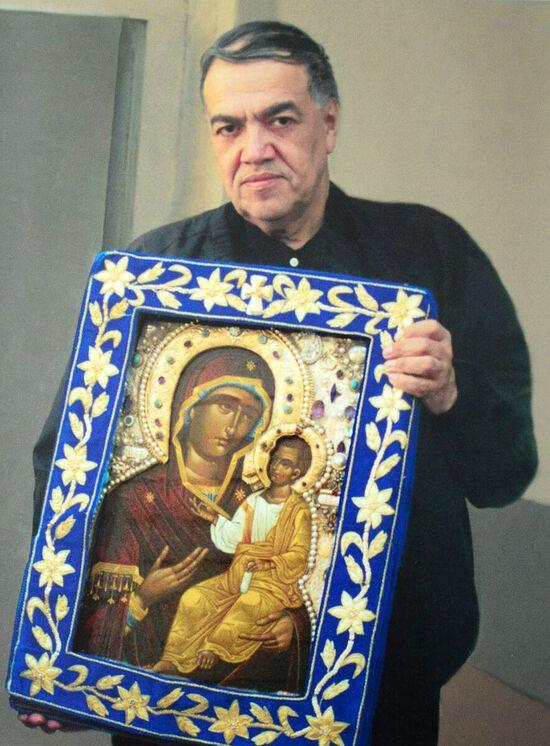 Брат Иосиф Муньос с мироточивой Монреальской Иверской иконой Божьей Матери