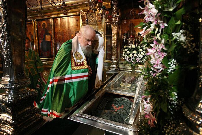 Святейший патриарх Алексий II у раки преподобного Сергия Радонежского