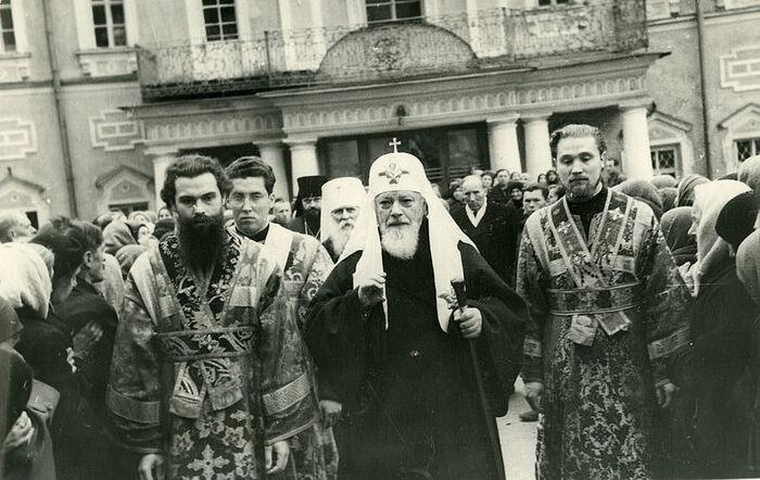Святейший патриарх Алексий I и его иподиаконы – Константин Нечаев (будущий митрополит Питирим) и Александр Докукин (впоследствии митрополит Гедеон)