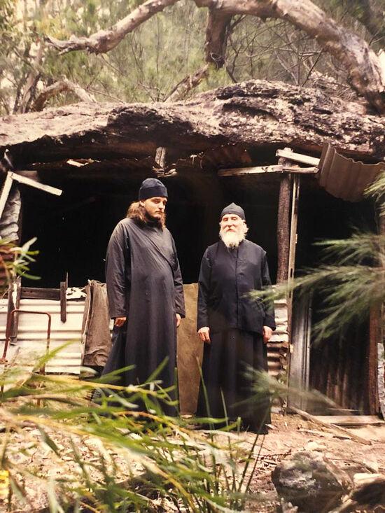 Пещера в лесу у Казанско-Богородицкого монастыря, где протоиерей Ростислав Ган, духовник сестер, уединялся для молитвы. На фото слева его внук – протоиерей Серафим Ган