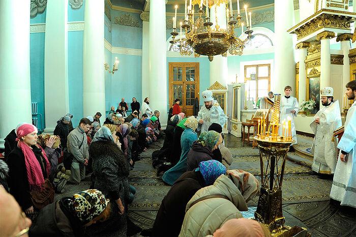 Митрополит Волоколамский Иларион совершает чин присоединения к Православной Церкви людей, временно отпавших от нее
